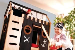 Spiel- und Abenteuerbetten - Ob Ritter oder Prinzessin: Spiel- und Abenteuerbetten fördern das Klettern, Turnen und fantasievolle Spielen.  Durch typische Accessoires und Turnmodule, lassen sich Kinderbetten zum Hochbett und Spielbett umbauen und später wieder zum Jugendbett zurückzaubern.