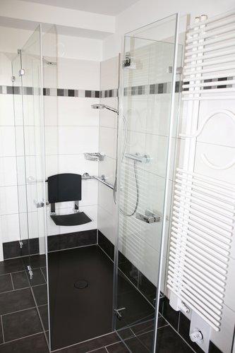 seniorenbad barrierefrei und komfortabel wohnen. Black Bedroom Furniture Sets. Home Design Ideas